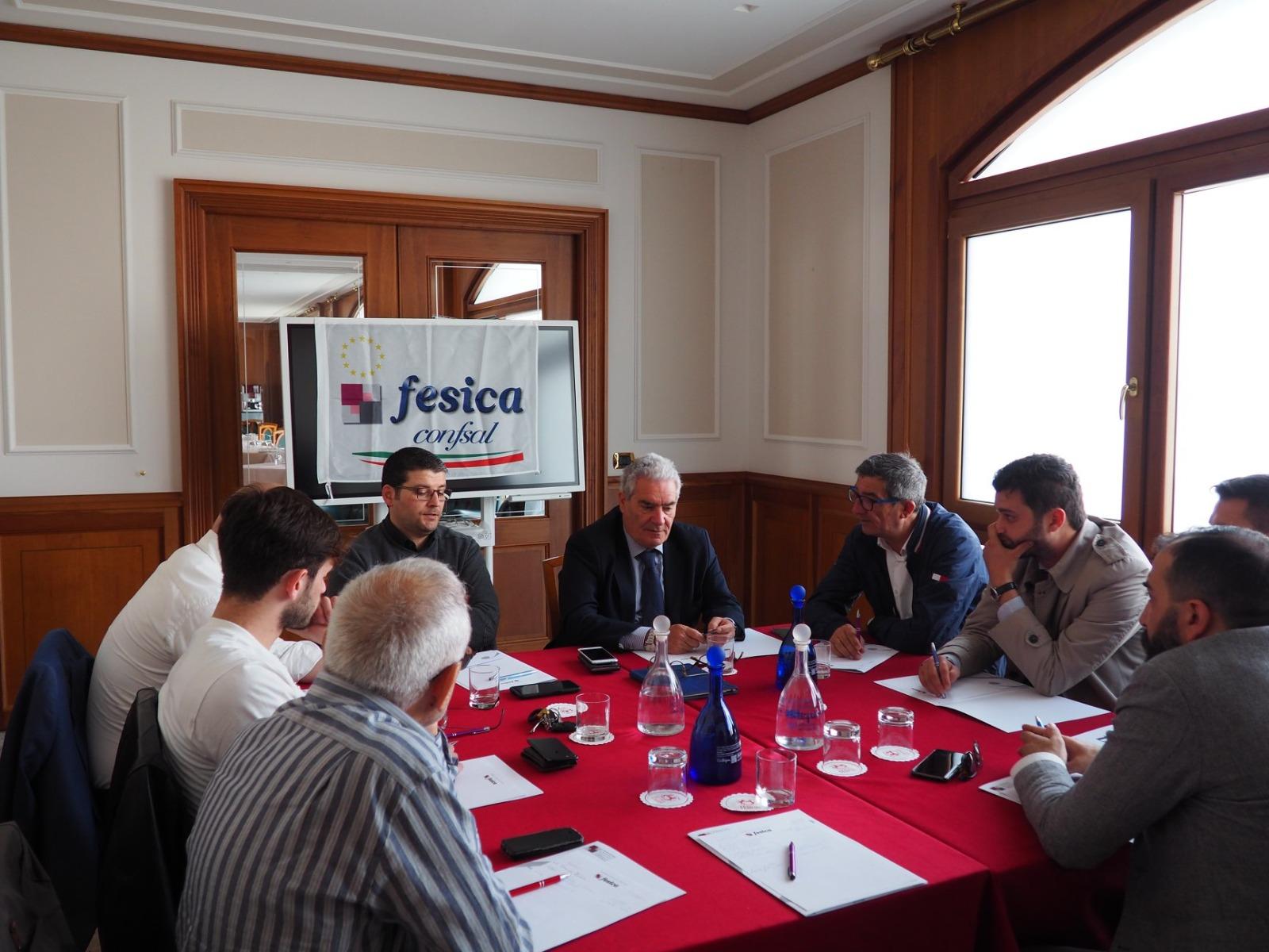 In una immagine di archivio un gruppo di esponenti della Fesica Confsal in riunione